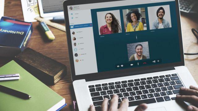 Una teleconferencia con amigos en una plataforma de internet