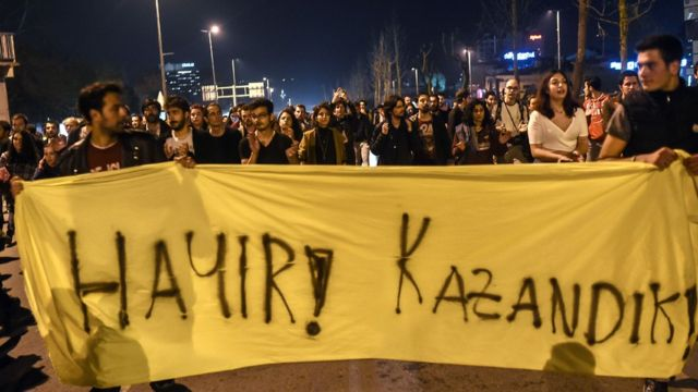"""Refefandum sonucunu protesto edenler """"Hayır, kazandık"""" pankartı taşıyor."""