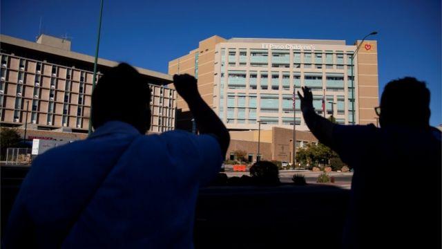 Pessoas orando em frente ao Hospital El Paso