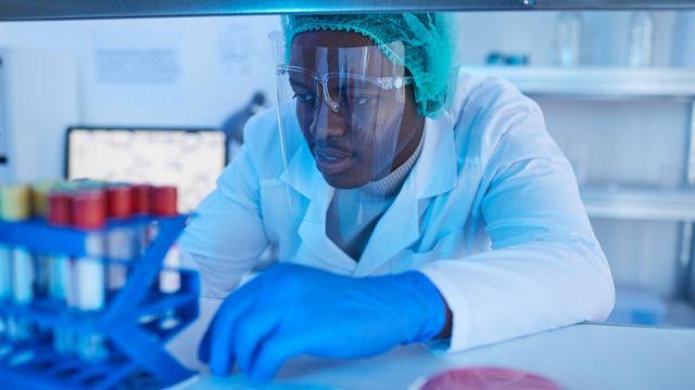 Pesquisador analisa amostra em laboratório