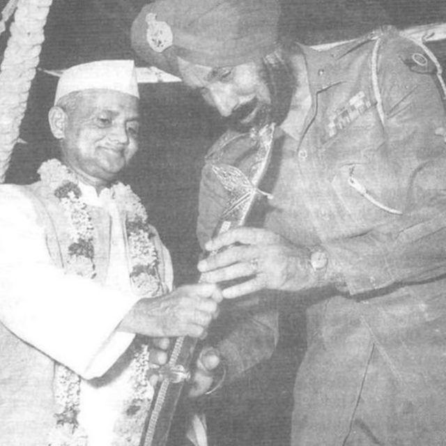 ஜெனரல் ஹர்பக்ஷ் சிங்குக்கு வாள் வழங்கும் பிரதமர் லால் பகதூர் சாஸ்திரி