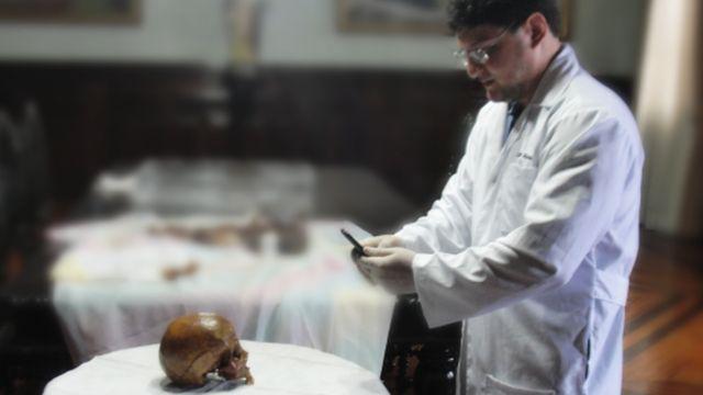 O designer brasileiro Cícero Moraes fotografa o crânio de Madre Paulina, em trabalho realizado há dois anos