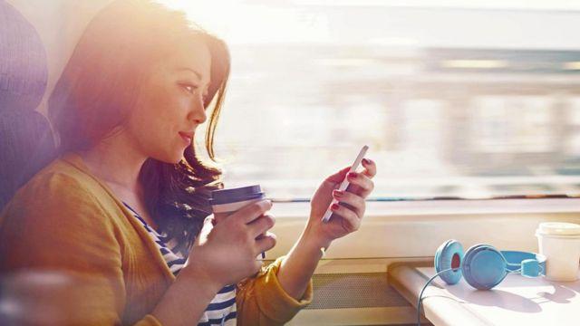 Дівчина зі смартфоном
