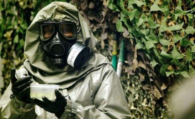 Militar norte-americano segura recipiente com agente VX
