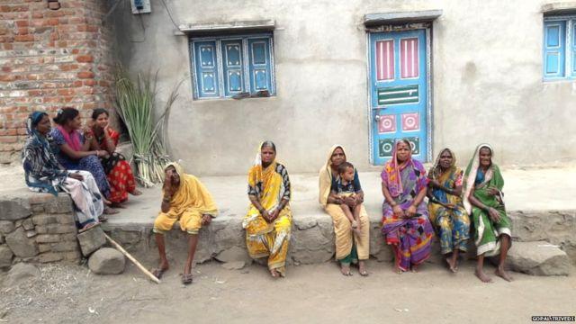 बोंधलापुरी गावातल्या एका बंद घरापुढे बसलेल्या गावातल्या ज्येष्ठ महिला.