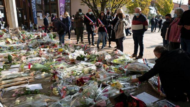 Samuel Paty için öldürüldüğü okulun önüne çiçekler bırakıldı