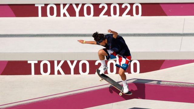 спортсмен на фоне логотипа Олимпиады