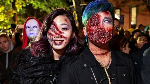 Dos personas con disfraces de heridos