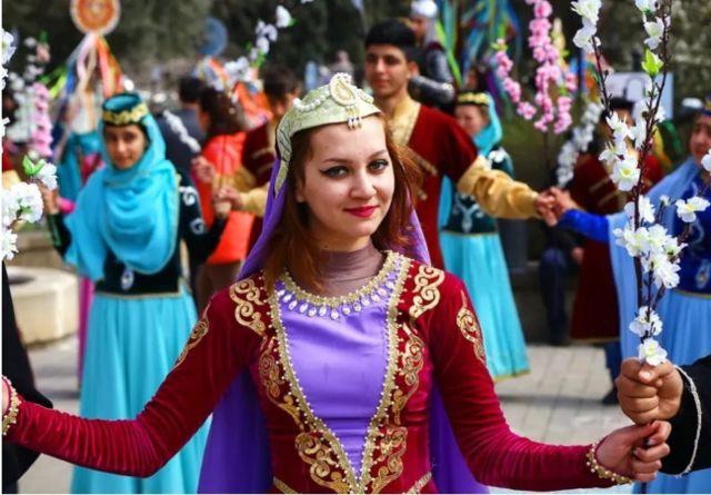فتاة أثناء احتفالات نوروز بأذربيجان