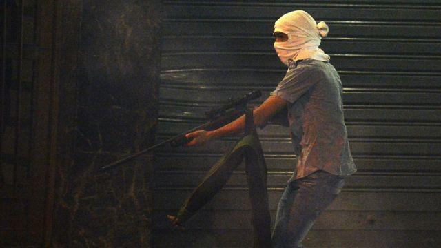 Hombre armado en Caracas