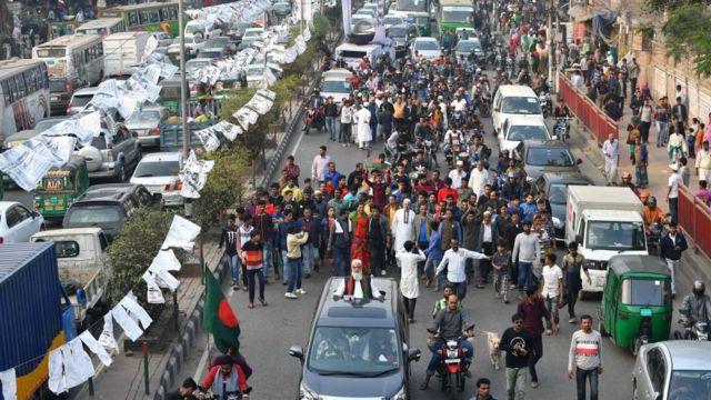 ঢাকায় এক প্রার্থীর 'শো-ডাউন'।