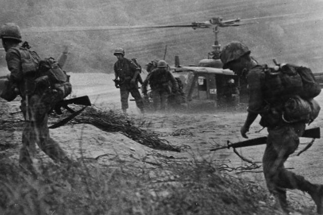 Soldados estadounidenses de la Primera División de Caballería aterrizando cerca de Fiddler's Green, en julio de 1969.