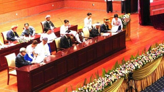 ပြည်ထောင်စု သဘောတူစာချုပ် အစိတ်အပိုင်းကို လက်မှတ်ရေးထိုးစဥ်