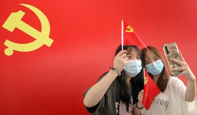 Компартия стремится оказаться в центре жизни китайцев - в их мобильных телефонах