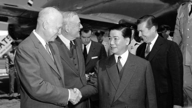 Tổng thống Dwight Eisenhower và Ngoại trưởng John Foster Dulles đón Tổng thống VNCH Ngô Đình Diệm tới Washington năm 1957