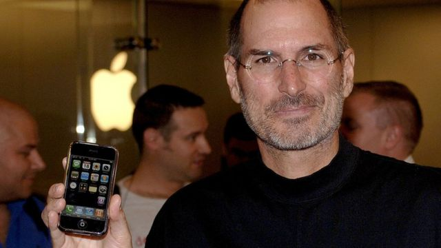 Steve Jobs en 2007 con el primer modelo de iPhone