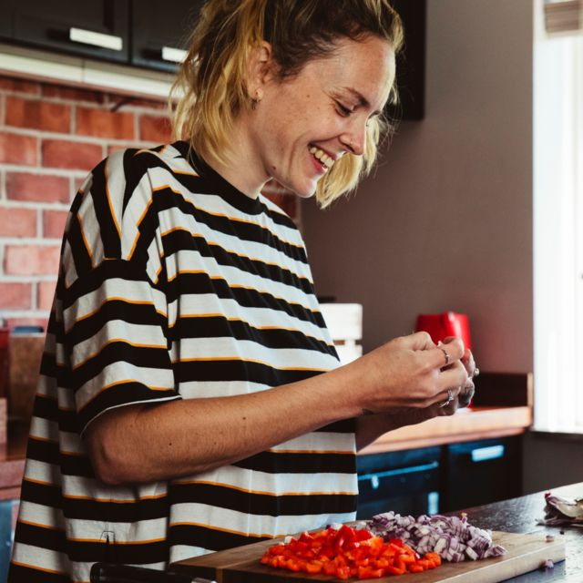 Loretta trabajando en la cocina.