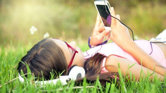 મોબાઇલ ફોન વાપરતી બાળકી