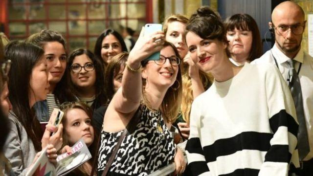 Selebritas Phoebe-Waller Bridge ber-selfie setelah pertunjukan Fleabag baru-baru ini.