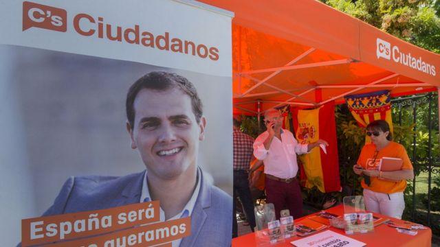 Albert Rivera, líder de ciudadanos en un toldo naranja electoral.