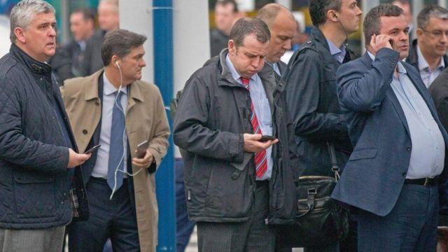 مجموعة من الناس يستخدمون هواتفهم