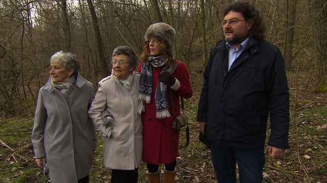 Jean Harris, Pat Fisher, Dr Gilly Carr and Dr Vareka by site of mass grave