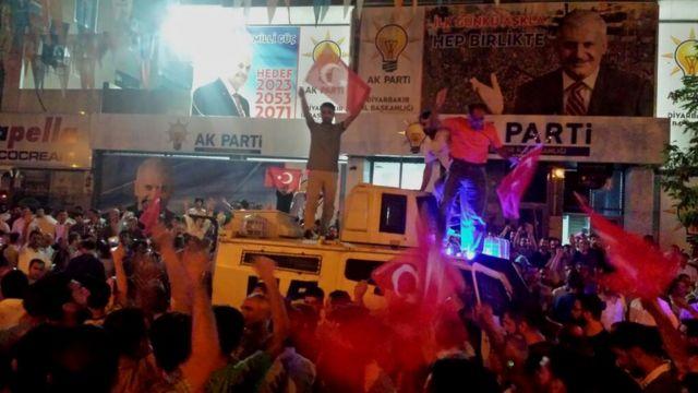 Cumhurbaşkanının halkı meydanlara çağrısından sonra halk Diyarbakır AKP il başkanlığı önünde toplandı.