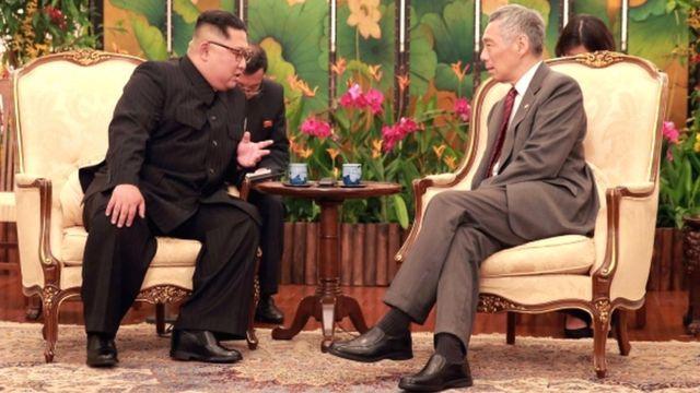 Severnokorejski lider Kim Džong-un razgovara sa Li Hsijenom Lungom, premijerom Singapura