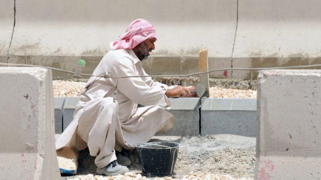 عامل من عمال البناء في السعودية