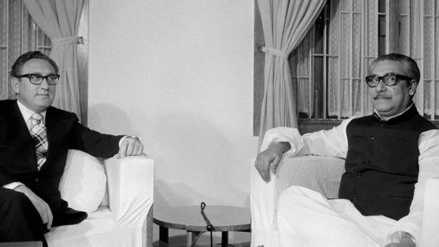 ঢাকায় শেখ মুজিবুর রহমান ও হেনরি কিসিঞ্জার। ৩০ অক্টোবর, ১৯৭৪