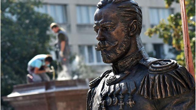 Estatua de Nicolás II en Petrogrado.