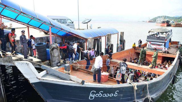 กลุ่มแรงงานชาวพม่าขึ้นเรือที่จ.ระนองในวันนี้ (3 ก.ค.) เพื่อข้ามพรมแดนกลับไปยังเมียนมา
