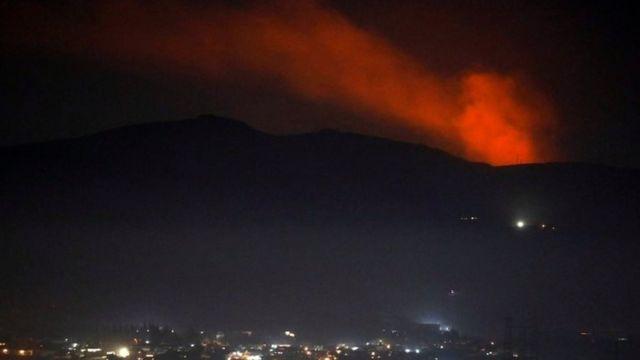 Şam yakınlarındaki bir dağın tepesinden dumanlar yükseldiği görüldü.