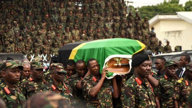 El ataúd del presidente Magufuli fue manipulado en las calles de Dar es Salaam