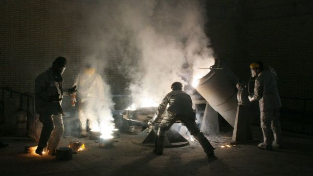 Men work inside a uranium conversion facility outside Isfahan (30 March 2005)