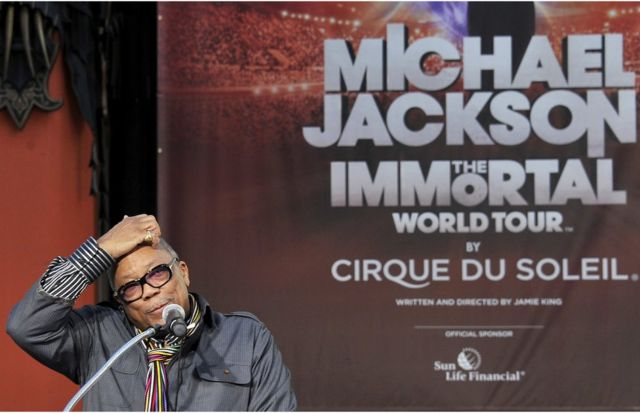 """Quincy Jones ante un cartel del evento """"Michael Jackson. The Inmmortal World Tour"""" del Circo del Sol en Hollywood, California, el 26 de enero de 2012."""