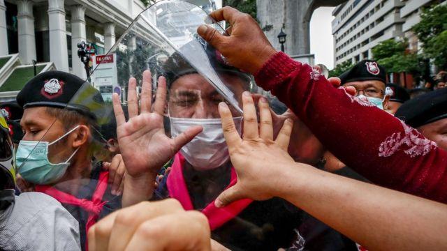 Đã có những cuộc đụng độ lẻ tẻ vào thứ Năm nhưng các cuộc biểu tình phần lớn diễn ra trong ôn hòa