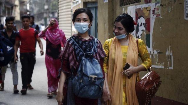 La gente camina en Dhaka, Bangladesh, el 31 de marzo de 2021