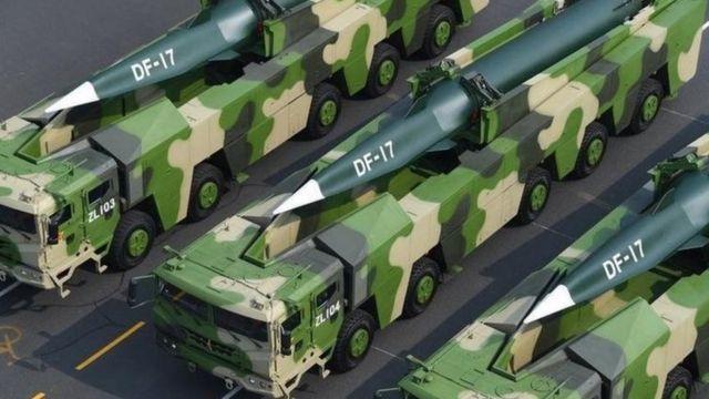 中国展示的携带高超音速弹头的东风17弹道导弹