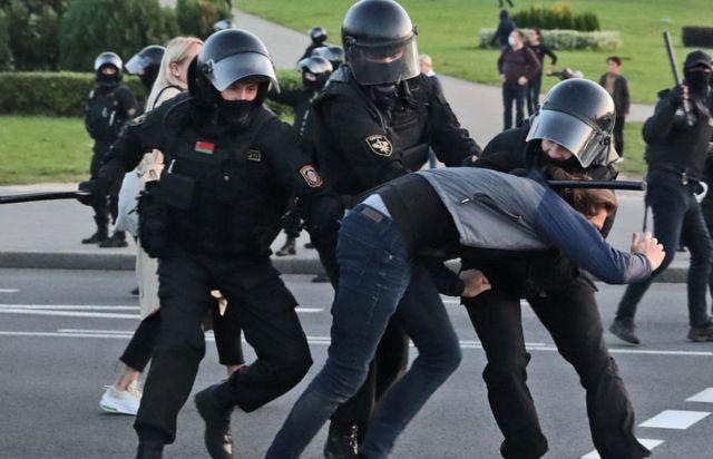 Belarus police arresting protester in Minsk, 23 Sep 20