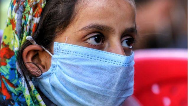 Hindistan'da maskeli bir kadın