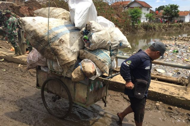 Tentara dikerahkan untuk bersihkan sampah plastik di sungai.