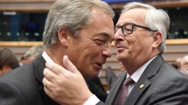 Nigel Farage e Jean-Claude Juncker se cumprimentam no Parlamento Europeu