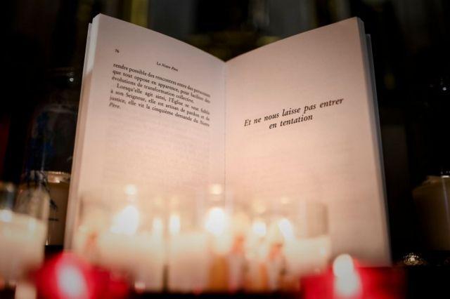 У католицькому молитовнику, який вірянам пропонують у соборі Нотр-Дам у Парижі, текст молитви вже змінений