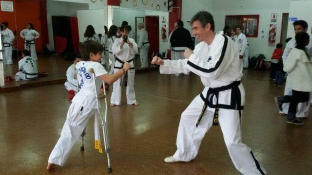 Santiago praticando taekwondo