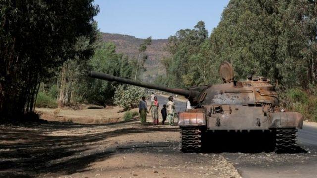 Imodoka y'intambara y'ingabo za Ethiopia yatwikiwe muri Tigray mu kwezi kwa gatatu mu 2021.