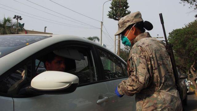 Soldado efectuando control