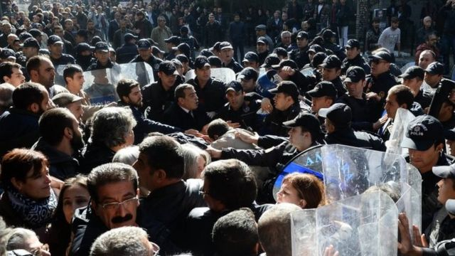Polis cümə günü Ankarada keçirilən anti-hökumət etirazını dağıdır (4 noyabr 2016)