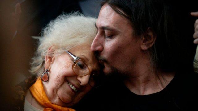 Javier Darroux Mijalchuk da un beso a la presidenta de Abuelas de Plaza de Mayo.