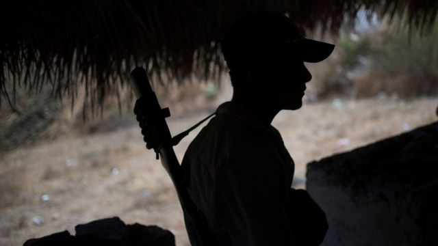 Slika policajca sa puškom